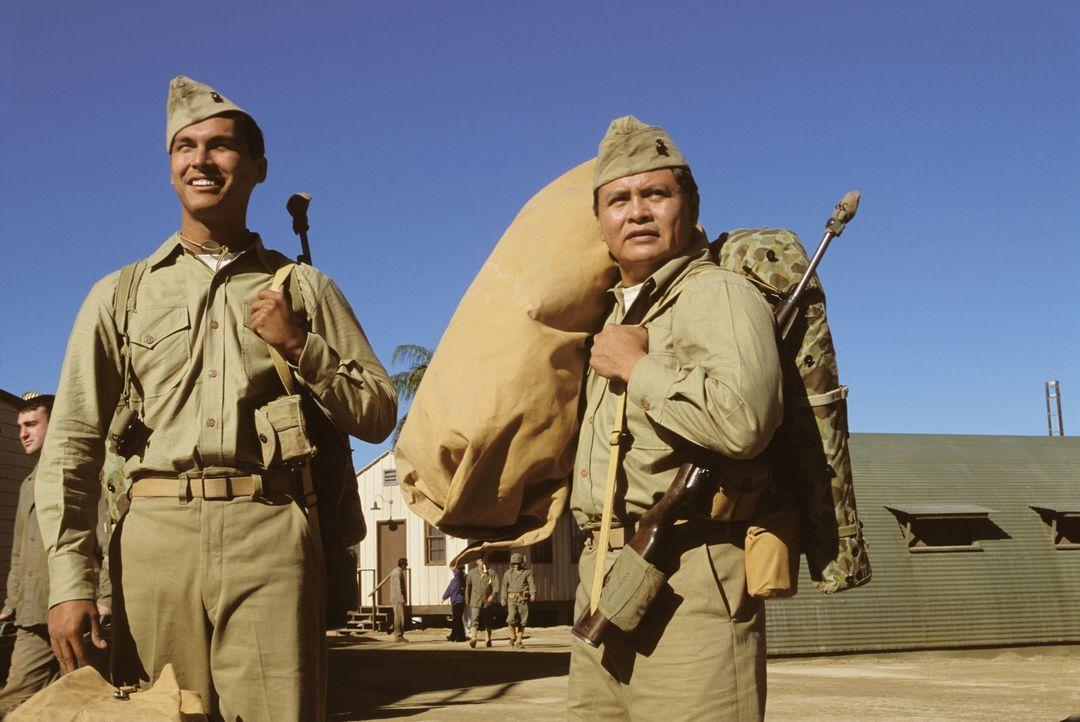 Die Navajo-Indianer Ben Yahzee (Adam Beach, l.) und Charlie Whitehorse (Roger Willie, r.) kommen im Zweiten Weltkrieg  als Code-Funker auf einen Stü... - Bildquelle: 2002 METRO-GOLDWYN-MAYER PICTURES INC.. All Rights Reserved