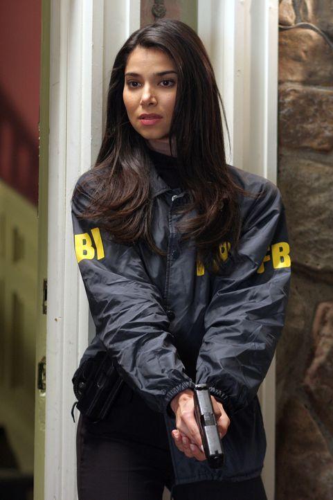 Elena (Roselyn Sanchez) gibt ihrem Kollegen Rückendeckung ... - Bildquelle: Warner Bros. Entertainment Inc.