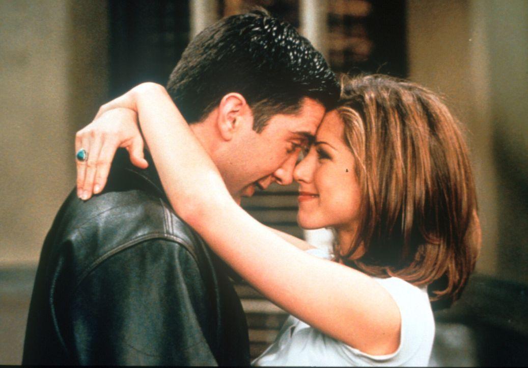 Endlich sind sich Ross (David Schwimmer, l.) und Rachel (Jennifer Aniston, r.) näher gekommen ... - Bildquelle: TM+  2000 WARNER BROS.