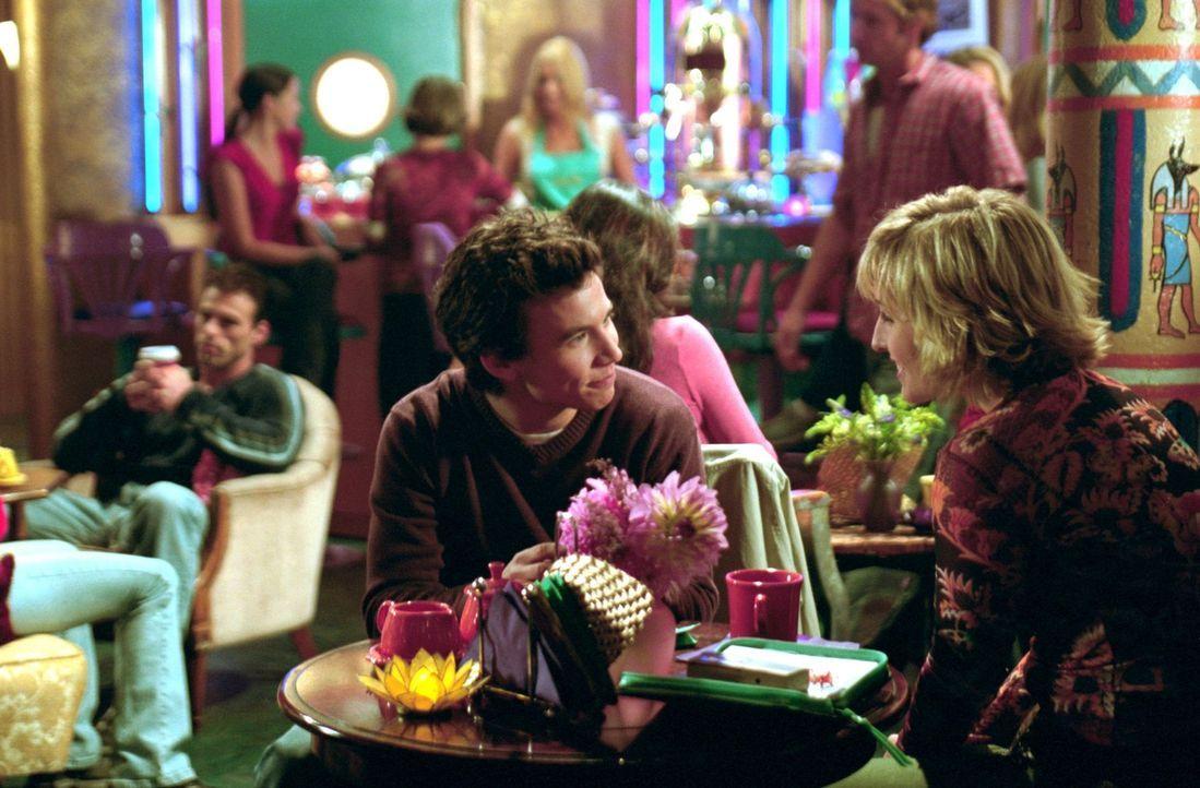 Noch ahnt Chloe (Allison Mack, r.) nicht, dass Ian (Jonathan Taylor Thomas, l.) sich gleichzeitig mit zwei verschiedenen Mädchen trifft ... - Bildquelle: Warner Bros.