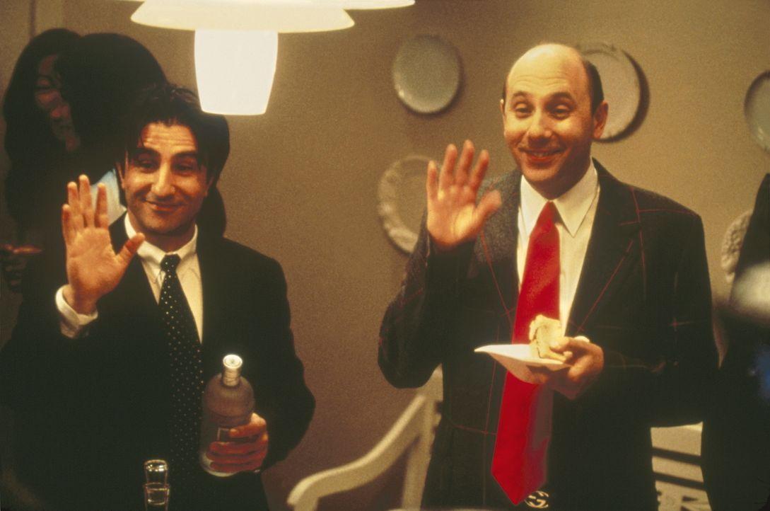 """Auf Charlottes Party für """"gebrauchte Männer"""" lernen sich Sams kleinwüchsiger Jeff (Anthony Alessandro, l.) und Stanford (Willie Garson, r.) kennen. - Bildquelle: Paramount Pictures"""