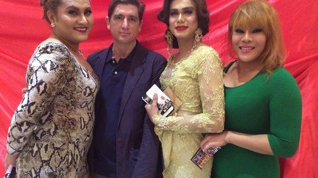 Reporter Theroux (2.v.l.) besucht Malaysia: Transsexuelle Menschen werden dor...
