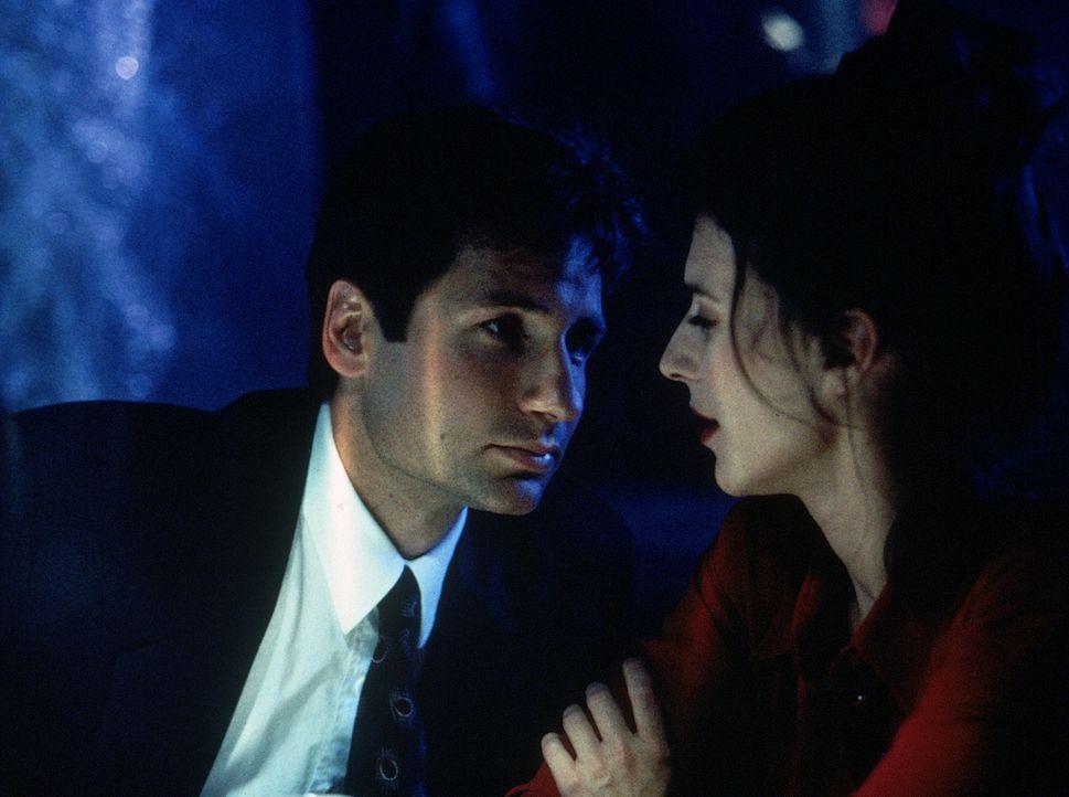 Die schöne Kristen (Justina Vail, r.) hat Verbindung zu den vampirähnlichen Mördern, hinter denen Mulder (David Duchovny, l.) her ist. - Bildquelle: TM +   2000 Twentieth Century Fox Film Corporation. All Rights Reserved.