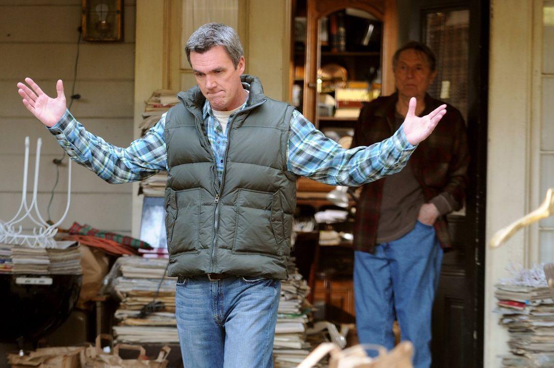 Da ist er in ein gewaltiges Fettnäpfchen gestiegen: Mike (Neil Flynn) hat vergessen, seinen Vater zum Thanksgiving-Essen einzuladen ... - Bildquelle: Warner Brothers