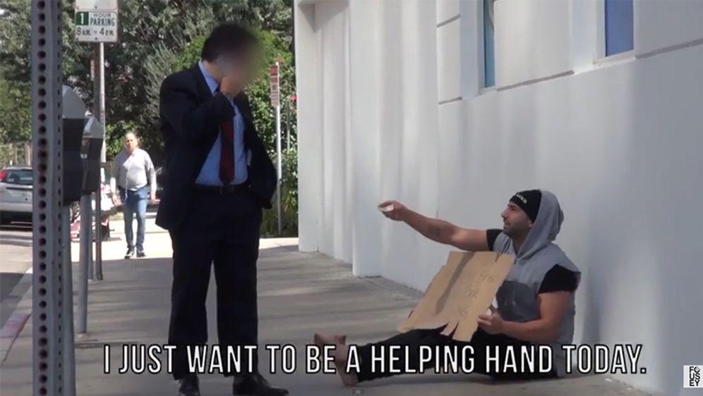 Sozial-Experiment: Bettler verschenkt Geld
