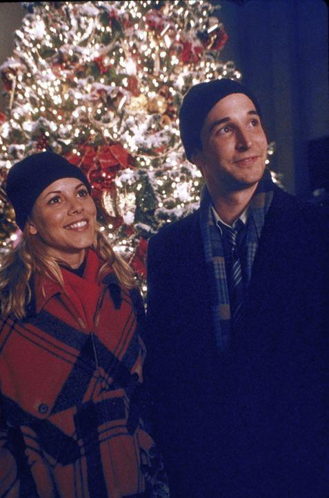 Dr. Del Amico (Maria Bello, l.) und Dr. Carter (Noah Wyle, r.) bestaunen die Weihnachtsdekoration. - Bildquelle: TM+  2000 WARNER BROS.