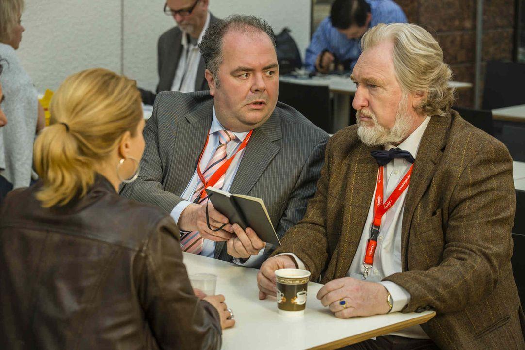 Hat Danni (Annette Frier, l.) eine Chance gegen Unternehmer Bundschuh und Anwalt Dibbel (Timo Dierkes, l.)? - Bildquelle: Frank Dicks SAT.1