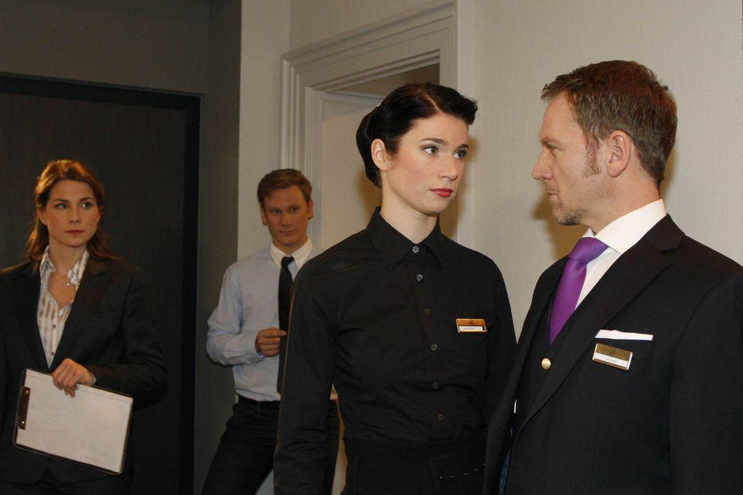 Karin Keller (Birge Funke, l.) und Philip Sachs (Philipp Romann, 2.v.l.) bekommen mit, wie Gina Pollodoro (Elisabeth Sutterlüty, 2.v.r.) Carlo Pisa... - Bildquelle: SAT.1