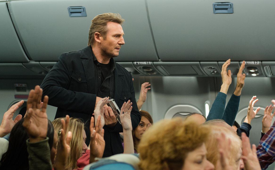 Der seit dem Tod seiner Tochter alkoholsüchtige Air Marshall Bill Marks (Liam Neeson) erhält während eines Routinefluges auf seinem Sicherheitshandy... - Bildquelle: Myles Aronowitz 2014 TF1 FILMS PRODUCTION S.A.S STUDIOCANAL S.A. ALL RIGHTS RESERVED.