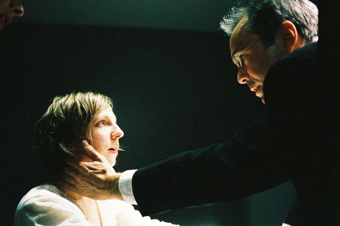 Der Versuch, durch Hypnose herauszufinden, wer damals auf Anjas (Katharina Schüttler, l.) Mutter Dagmar schoss, schlägt fehl, als Werner Kolbe (Hann... - Bildquelle: Tom Trambow Sat.1