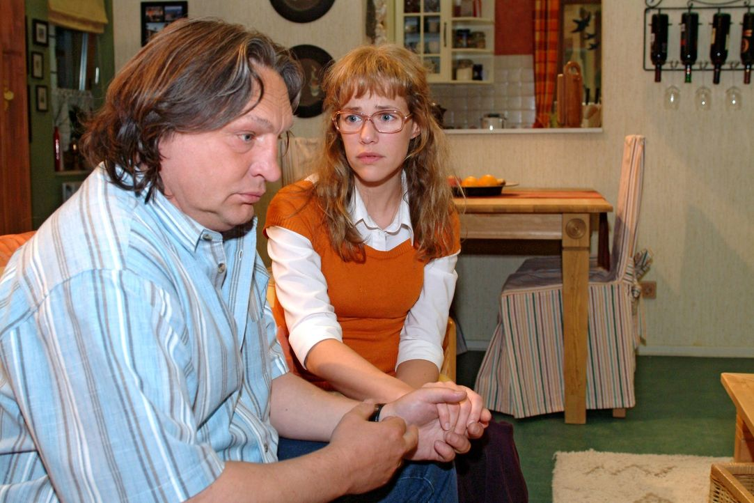 Lisa (Alexandra Neldel, r.) kommt an den von ihr zutiefst enttäuschten Bernd (Volker Herold, l.) nicht mehr ran. (Dieses Foto von Alexandra Neldel d... - Bildquelle: Monika Schürle Sat.1