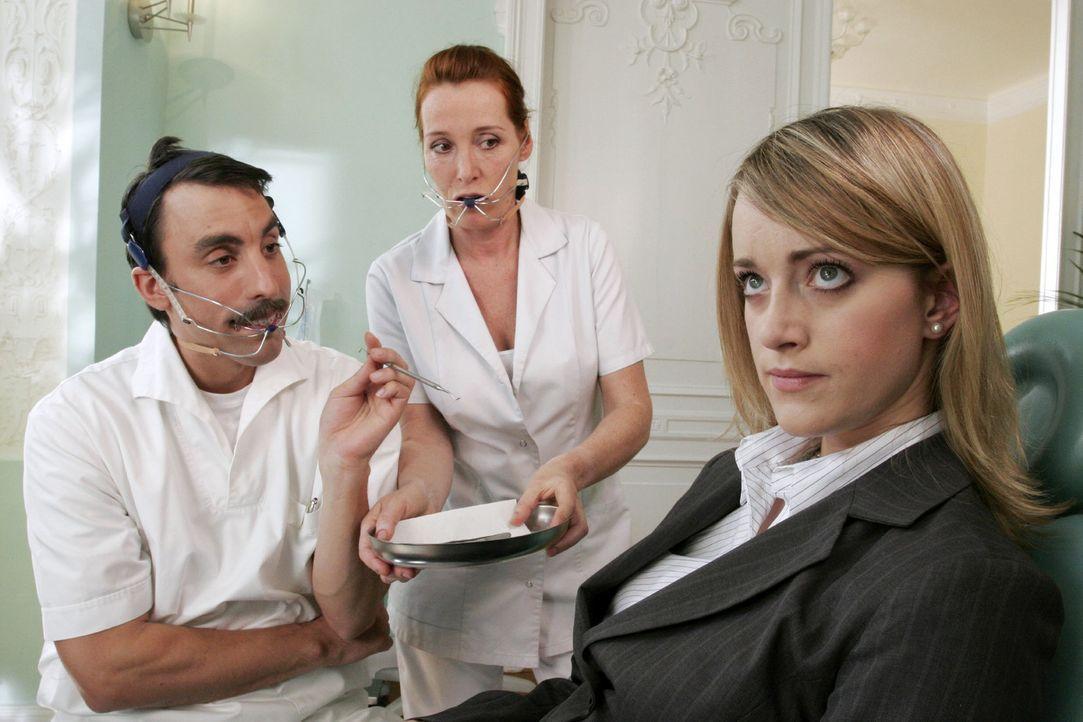 Die Kundin (Judith Richter, r.) verweigert sich ihrem Zahnarzt (Alexander Schubert, l.). Sie möchte auf keinen Fall eine feste Zahnspange. - Bildquelle: Noreen Flynn Sat.1