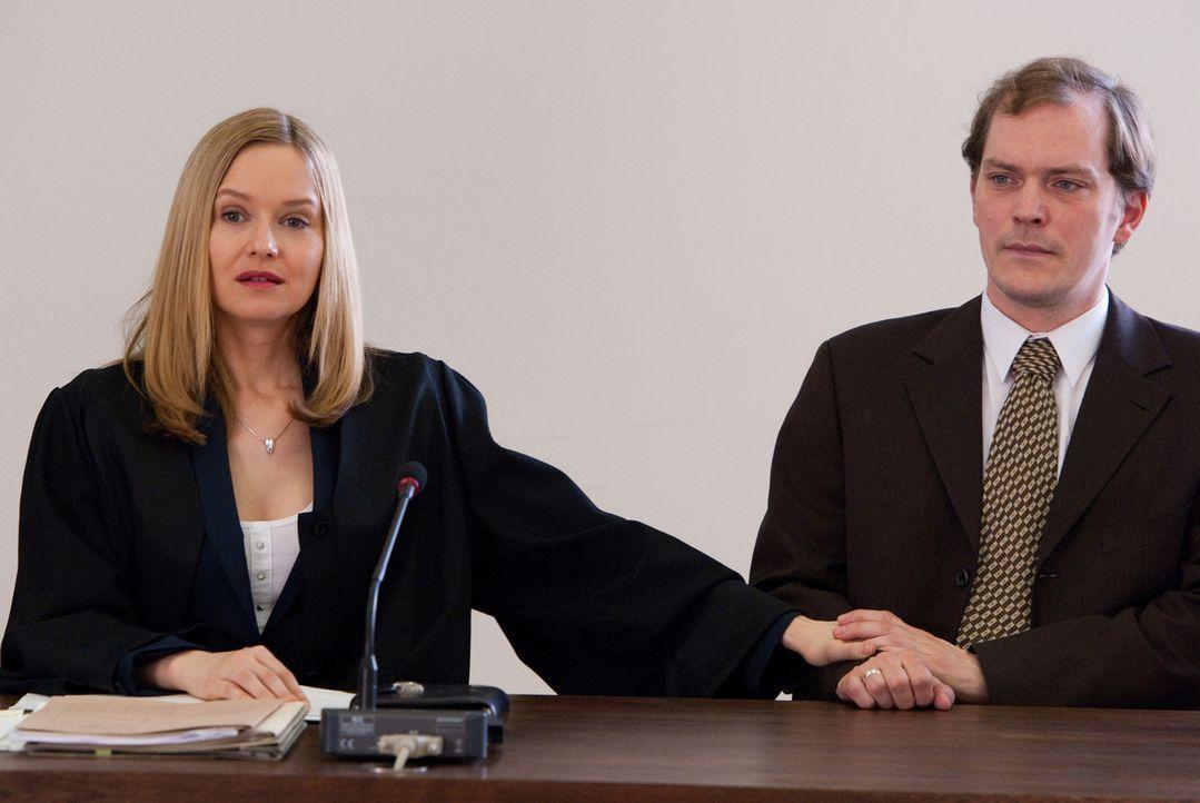 Maria (Stefanie Stappenbeck, l.) gibt leichtfertig Bruno Schramm (Godehard Giese, r.) das Versprechen, für ihn eine ordentliche Abfindung heraushole... - Bildquelle: Maria Krumwiede SAT.1