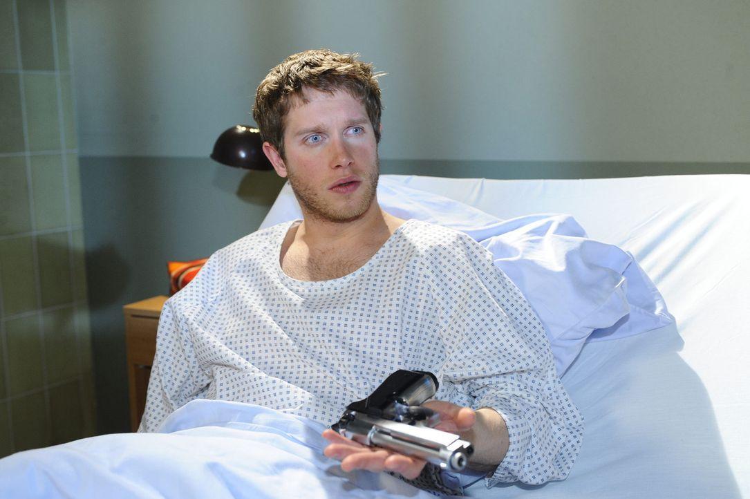 Der Pfleger macht Jojo ein verlockendes Angebot. Wird Jojo (Bernhard Bozian) es annehmen? - Bildquelle: SAT.1