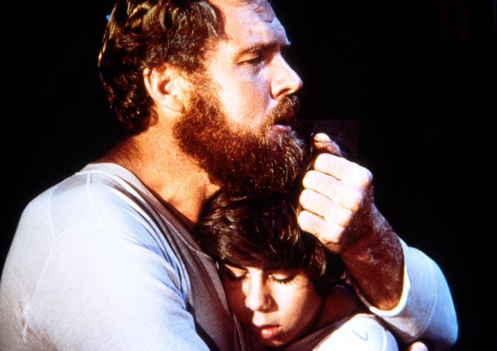 Jonathan Garvey (Merlin Olsen, l.) versucht, seinen Sohn Andy (Patrick Laborteaux, r.), der nicht über den Tod seiner Mutter hinwegkommt, zu trösten... - Bildquelle: Worldvision