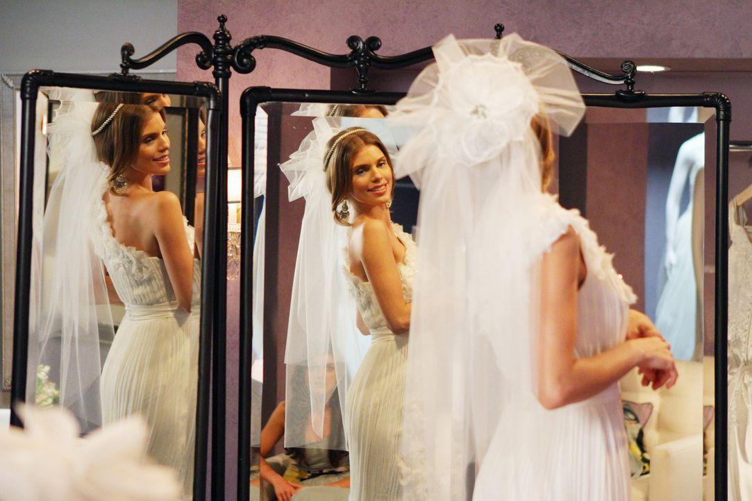 Hat alle Zweifel über Bord geworfen, schwebt mit PJ auf Wolke Sieben und sucht nun das passende Brautkleid für ihre Hochzeit: Naomi (AnnaLynne McC... - Bildquelle: 2011 The CW Network. All Rights Reserved.