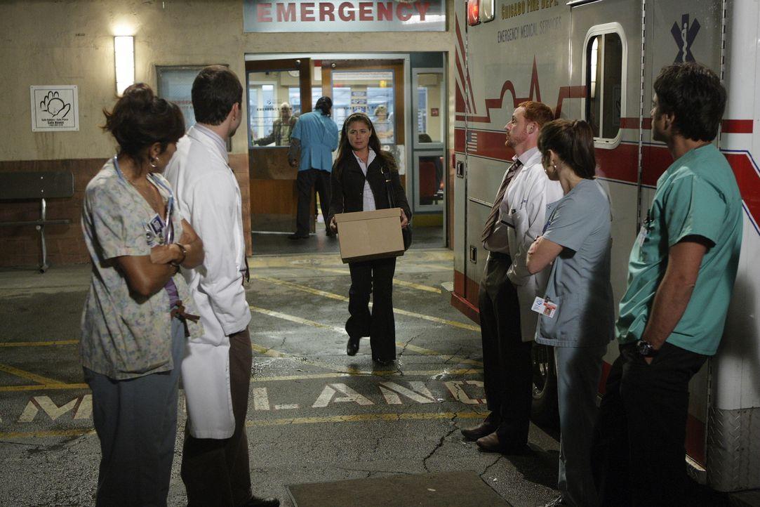 Abby (Maura Tierney, M.) die zieht mit Kovac und ihrem Sohn in eine andere Stadt, nimmt Abschied von ihren Kollegen. Chuny (Laura Ceron, l.), Grady... - Bildquelle: Warner Bros. Television