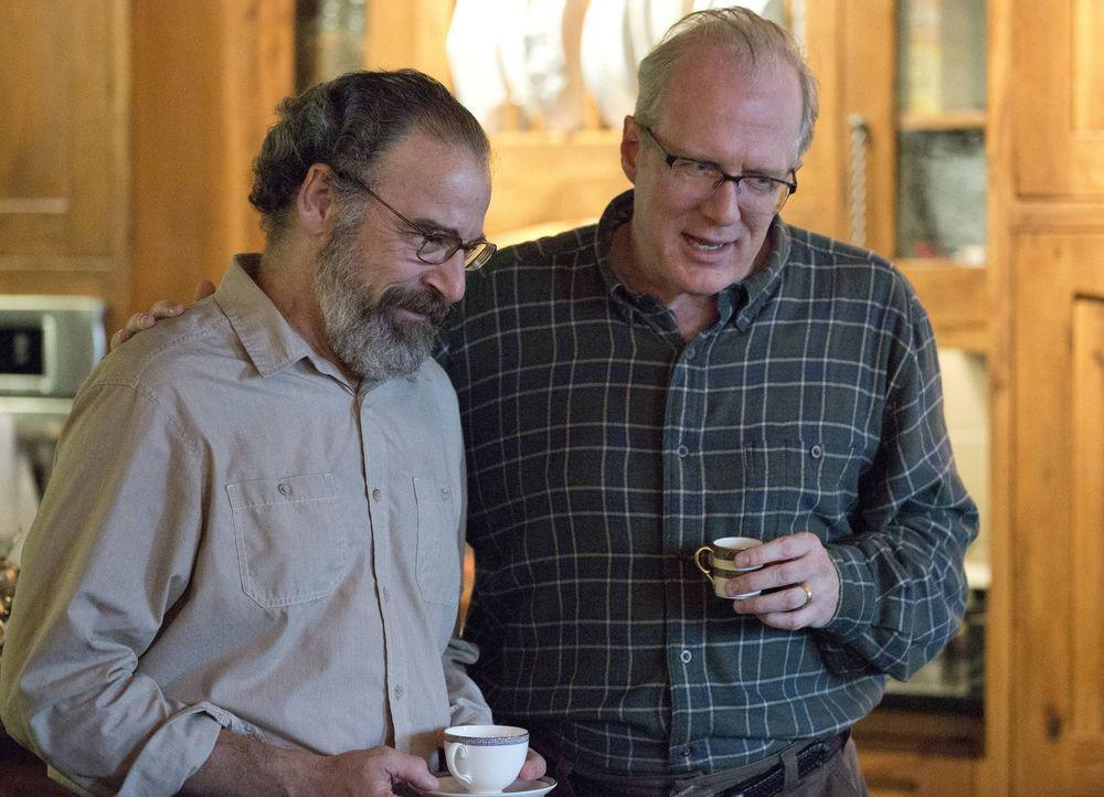 Während sich Saul (Mandy Patinkin, l.) mit Senator Lockhart (Tracy Letts, r.) auseinandersetzen muss, setzt Carrie ihre Mission aufs Spiel, um jeman... - Bildquelle: 2013 Twentieth Century Fox Film Corporation. All rights reserved.