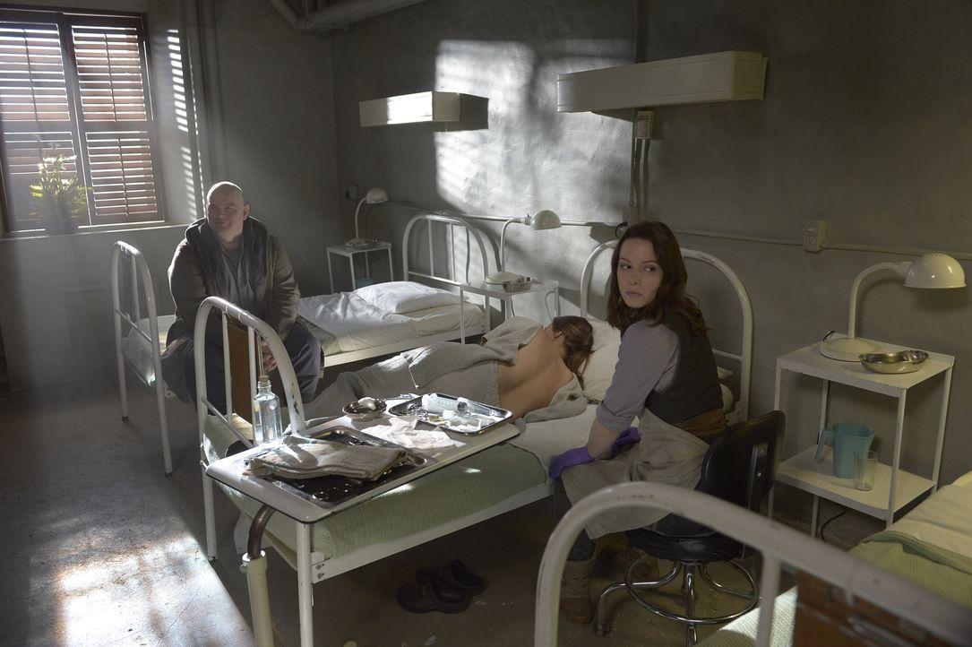 Gelingt es Landry (Sean Tucker, l.) und Schwester Amy (Alison Louder, r.) mit Sarahs (Jordan Hayes, M.) Hilfe, ebenfalls unsterblich zu werden? - Bildquelle: Philippe Bosse 2014 Syfy Media, LLC
