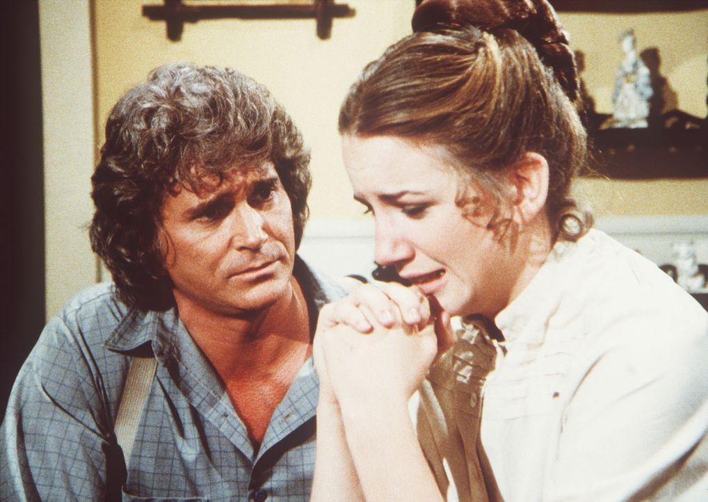 Charles (Michael Landon, l.) versucht, seine Tochter Laura (Melissa Gilbert, r.) zu trösten. - Bildquelle: Worldvision