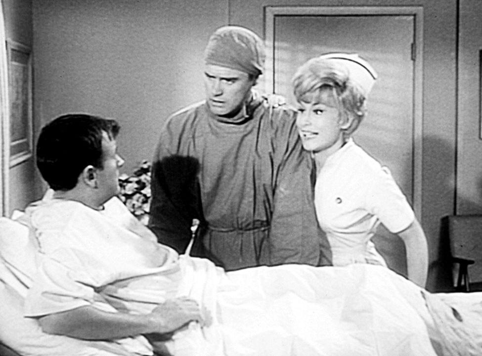 Roger (Bill Daily, l.) hat eine Blinddarmentzündung. Da Tony (Larry Hagman, M.) als Kind Chirurg werden wollte, möchte Jeannie (Barbara Eden, r.) -... - Bildquelle: Columbia Pictures