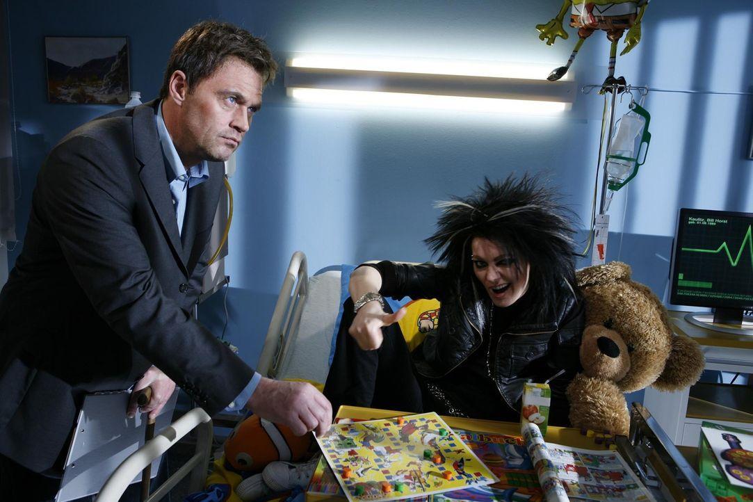 Tokio Hotel-Sänger Bill (Martina Hill, r.) leidet an einem ansteckenden Virus - ein Fall für Dr. House (Michael Müller, l.) ... - Bildquelle: Kai Schulz ProSieben