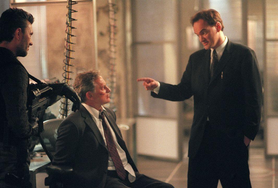 McKenas Cole (Quentin Tarantino, r.) fordert Sydney über das Lautsprechersystem auf, sich zu stellen, sonst wird er den Gefangenen Jack (Victor Gar... - Bildquelle: Touchstone Television