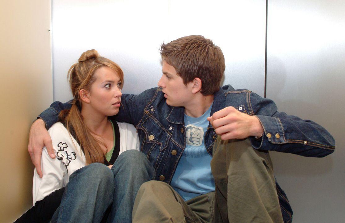 Timo (Matthias Dietrich, r.) blickt Hannah (Laura Osswald, l.) ungläubig und schockiert an. Wie konnten sie sich nur küssen - wo er doch frisch in Kim verliebt ist?!