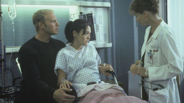 Bekommen Steve (Ian Ziering, l.) und Janet (Lindsay Price, M.) im Krankenhaus...