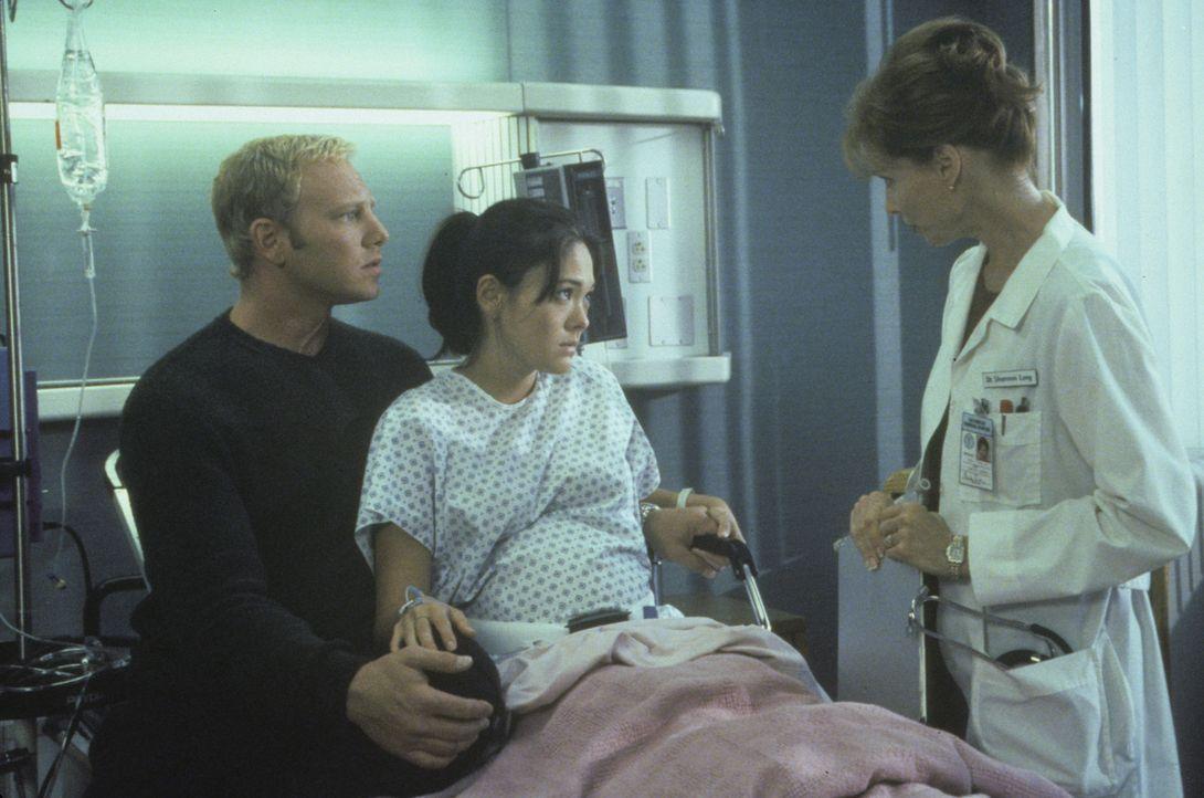 Bekommen Steve (Ian Ziering, l.) und Janet (Lindsay Price, M.) im Krankenhaus schlechte Nachrichten? - Bildquelle: Paramount Pictures