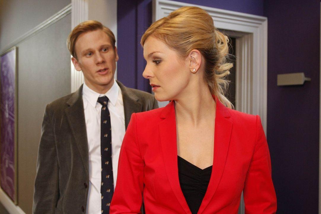 Julius ist entschlossen, Mark zu entlassen. Doch dann erfährt er, dass Philip (Philipp Romann, l.) vor der geplanten Hochzeit Sex mit Alexandra (Iv... - Bildquelle: SAT.1