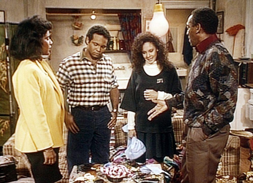 Cliff (Bill Cosby, r.) und Clair (Phylicia Rashad, l.) können nicht verstehen, dass Sondra (Sabrina LeBeauf, 2.v.r.) und Elvin (Geoffrey Owens) ihr... - Bildquelle: Viacom