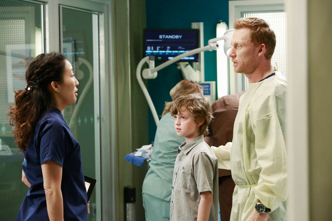 Owen (Kevin McKidd, r.) und Christina (Sandra Oh, l.) nehmen sich dem kleinen Ethan (Kyle Silverstein, M.) an. Seine Eltern wurden bei der Explosion... - Bildquelle: ABC Studios