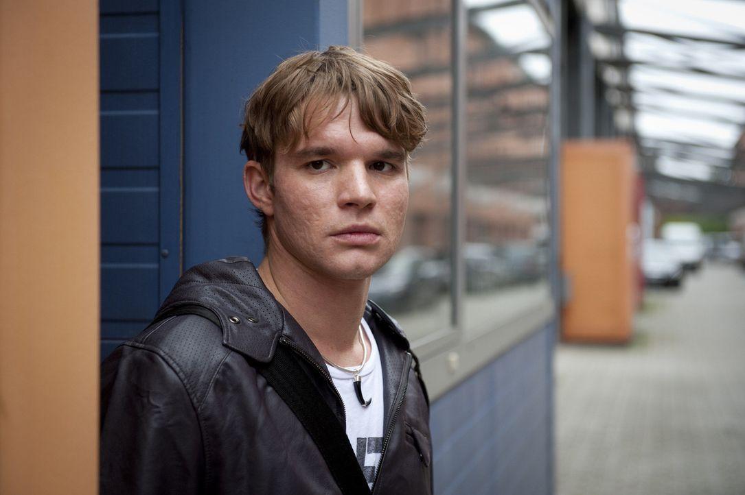 Der junge Elektroingenieur Tobias Brandt (Tobias Schenke) ist bei weitem nicht so harmlos, wie er sich gibt ... - Bildquelle: Martin Rottenkolber SAT.1