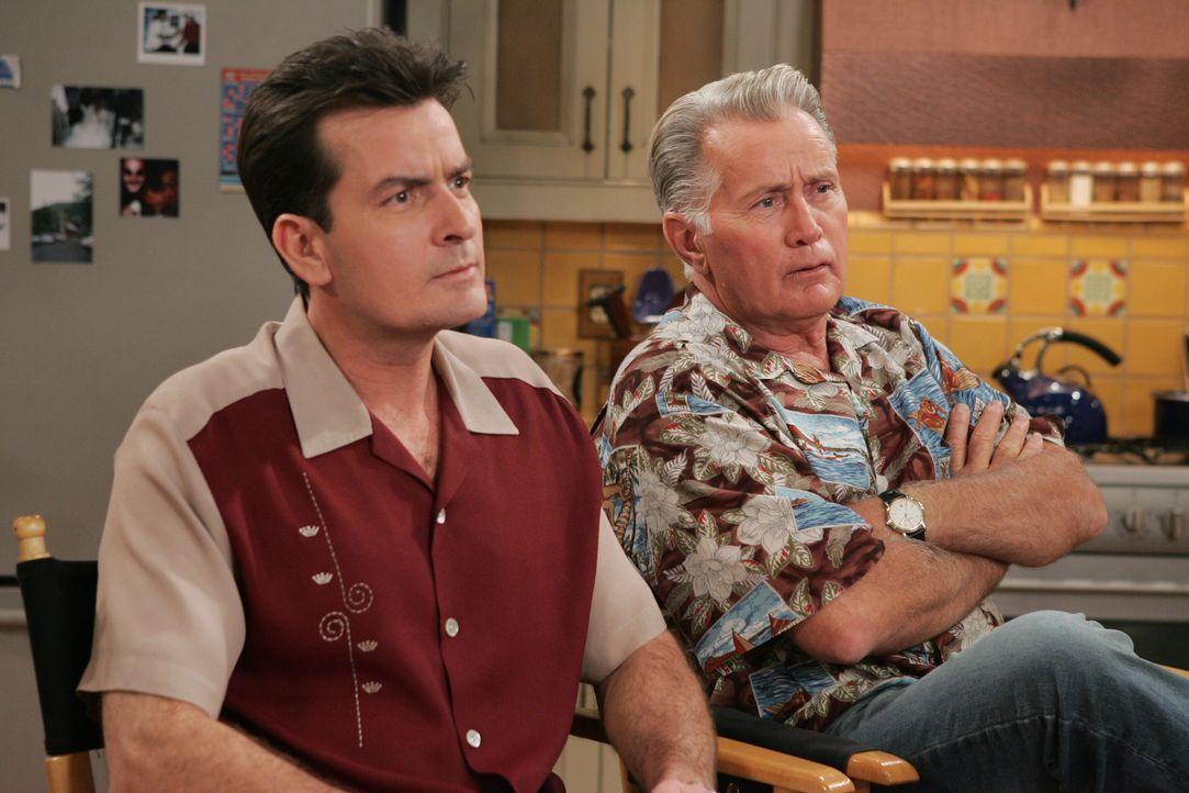 Charlie (Charlie Sheen, l.) bekommt Besuch von Roses Vater (Martin Sheen, r.), der nun wissen möchte, warum er seine Tochter nicht heirate ... - Bildquelle: Warner Brothers Entertainment Inc.