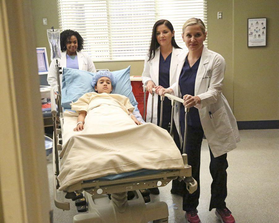 Während April sich in ihrer neuen Rolle im Krankenhaus am ersten Tag einigen Herausforderungen stellen muss, kümmern sich Stephanie (Jerrika Hinton,... - Bildquelle: Mitch Haaseth 2016 American Broadcasting Companies, Inc. All rights reserved.