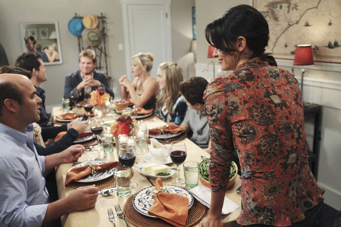 Happy Thanksgiving! (v.l.n.r.) Andy (Ian Gomez), Grayson (Josh Hopkins), Bobby (Brian Van Holt), Laurie (Busy Philipps), Kylie (Spencer Locke), Trav... - Bildquelle: 2009 ABC INC.