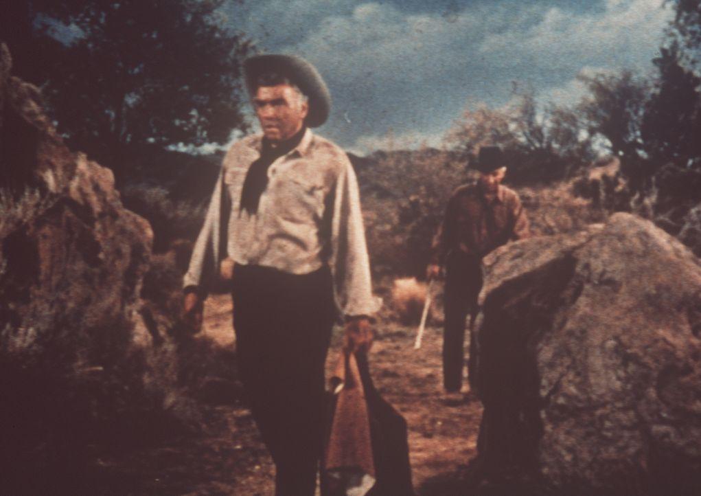 Ben Cartwright (Lorne Greene, l.) und Polizeiinspektor Leduque (Lloyd Nolan, r.) sind von Indianern überfallen und ihrer Pferde beraubt worden. - Bildquelle: Paramount Pictures