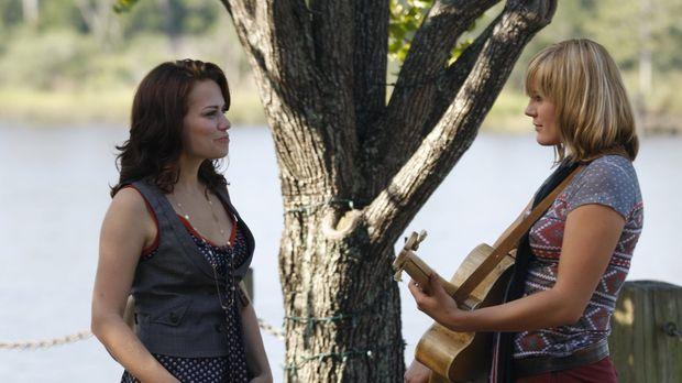 Grace Potter (Grace Porter, r.) erfreut mit ihrer Musik die Spaziergänger. Al...