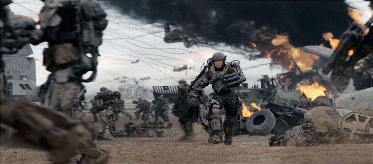 Major Bill Cage (Tom Cruise) fällt im Kampf gegen eine feindliche Alienrasse, doch dies ist noch lange nicht das Ende seines Lebens, denn er gerät i... - Bildquelle: Warner Bros. Television