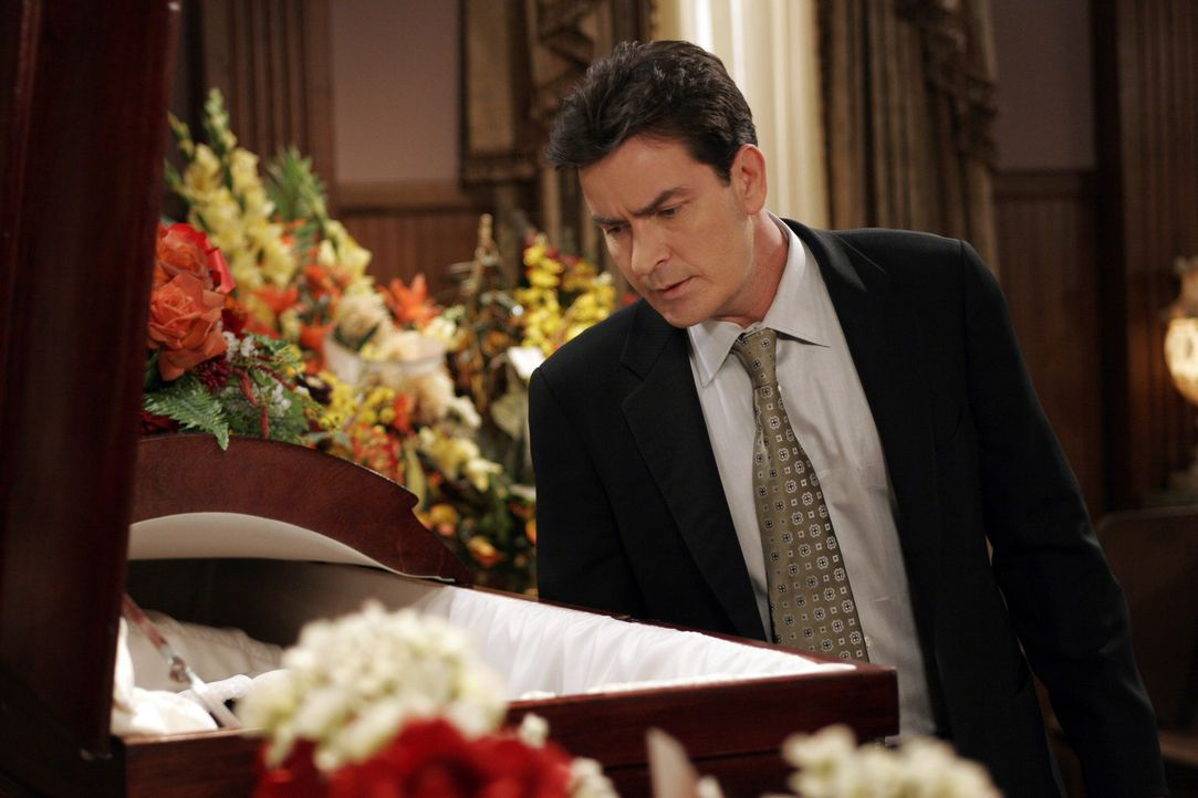 Charlie (Charlie Sheen) nimmt Abschied von Harry und hofft dabei, eine Frau auf der Beerdigung aufreißen zu können ... - Bildquelle: Warner Bros. Television