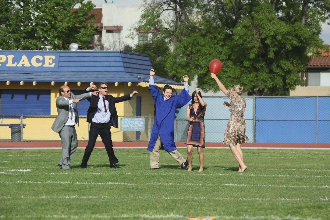 Die Abschlussfeier: (v.l.n.r.) Andy (Ian Gomez), Bobby (Brian Van Holt), Travis (Dan Byrd), Jules (Courteney Cox) und Laurie (Busy Philipps) ... - Bildquelle: 2009 ABC INC.