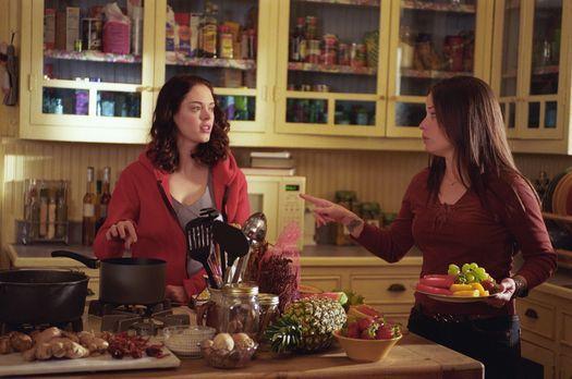 Charmed - Zauberhafte Hexen - In der Küche unterhalten sich Piper (Holly Mari...