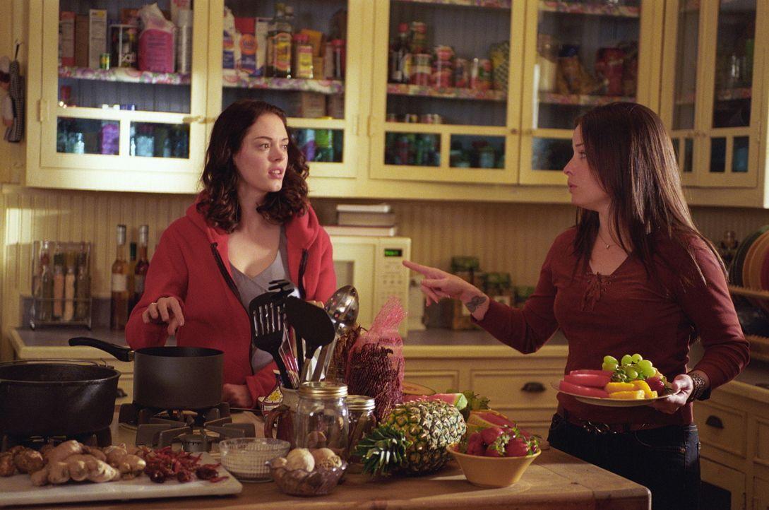 In der Küche unterhalten sich Piper (Holly Marie Combs, r.) und Paige (Rose McGowan, l.) über die mysteriösen Vorfälle. - Bildquelle: Paramount Pictures