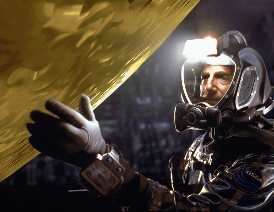 Die riesige goldene Kugel, die das Team an Bord des abgestürzten Raumschiffs entdeckt, zieht Captain Harold C. Barnes (Peter Coyote) und alle andere... - Bildquelle: Warner Bros. Pictures