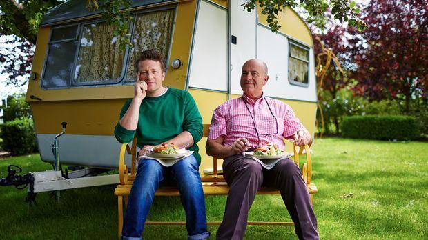 Zusammen mit seinem Vater besinnt sich Jamie Oliver (l.) auf ein typisches Pu...