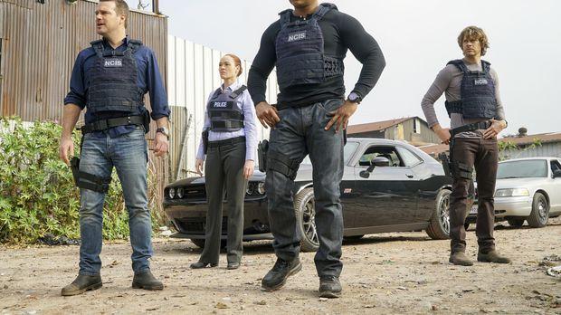 Nachdem sie wieder auf freiem Fuß sind, müssen Callen (Chris O'Donnell, l.),...