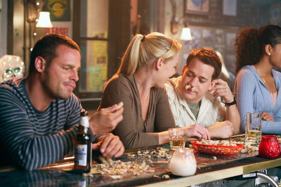 Ein bisschen Spaß muss sein: Alex (Justin Chambers, l.), Izzie (Katherine Heigl, M.) und George (T. R. Knight, r.) ... - Bildquelle: Touchstone Television
