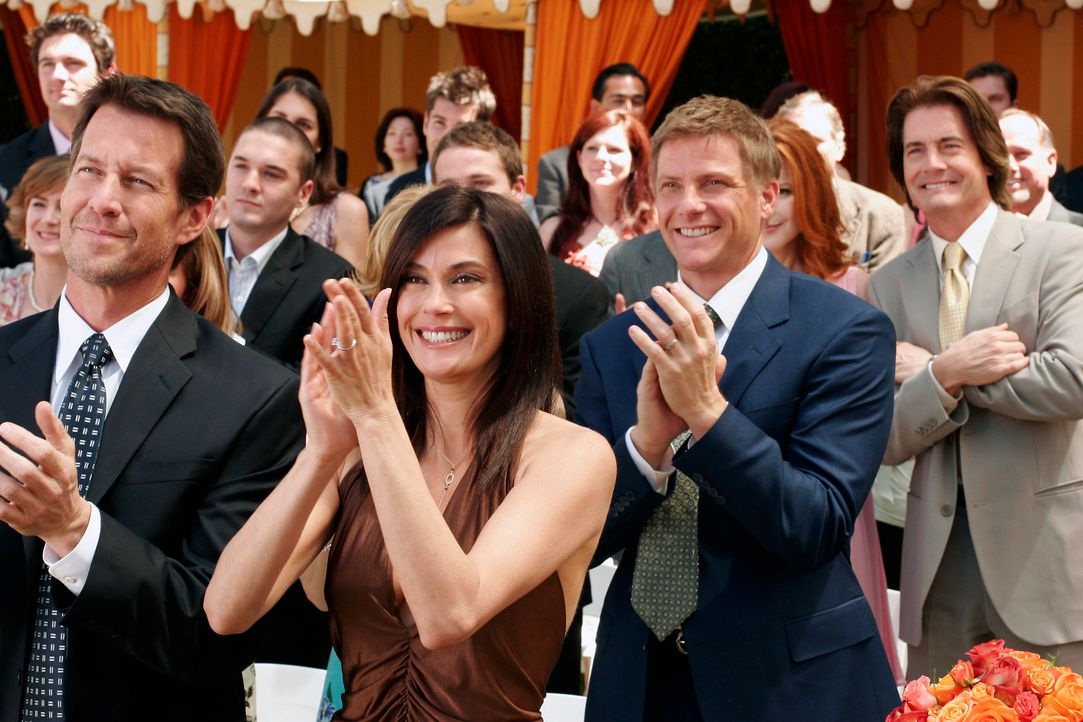 Freuen sich für Gabrielle, die sich soeben mit Victor vermählt hat: Mike (James Denton, l.), Susan (Teri Hatcher, 2.v.l.), Tom (Doug Savant, 2.v.r.)... - Bildquelle: 2005 Touchstone Television  All Rights Reserved
