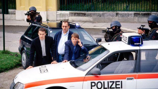 Kommissar Brandtner (Gedeon Burkhard, l.), Höllerer (Wolf Bachofner, M.) und...